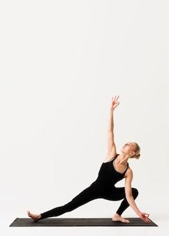 Elegante position in der yoga-klasse indoor