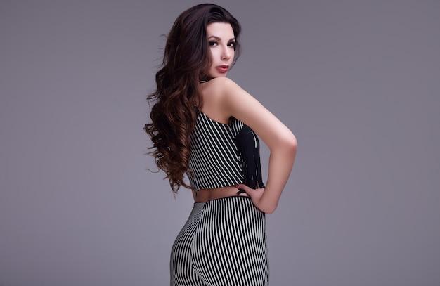 Elegante schöne frau mit langen haaren in einem modischen anzug