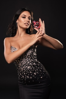 Elegante schönheitsfrau in einem schönen kleid mit parfüm