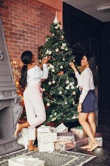 Elegante schwarze mädchen in den weihnachtsdekorationen