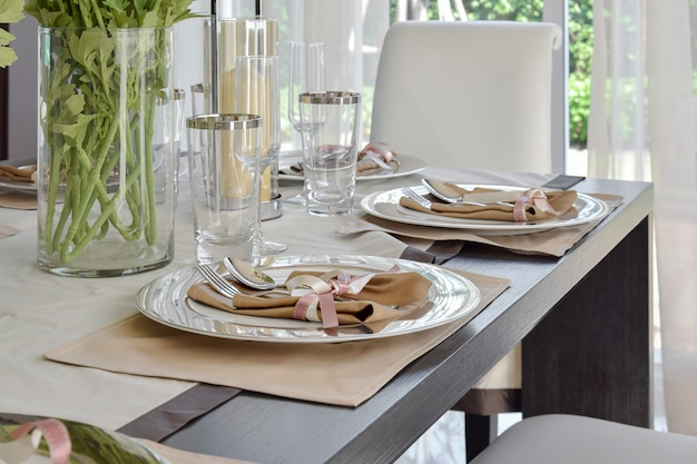 Elegante tabelle eingestellt in esszimmerinnenraum der weinleseart
