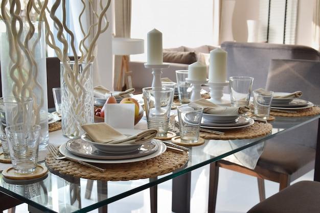 Elegante tabelle stellte in esszimmerinnenraum der modernen art ein
