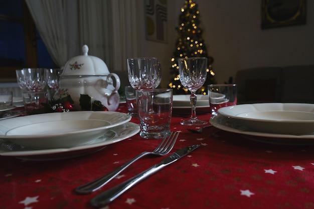 Elegante tischdekoration für das weihnachtsessen