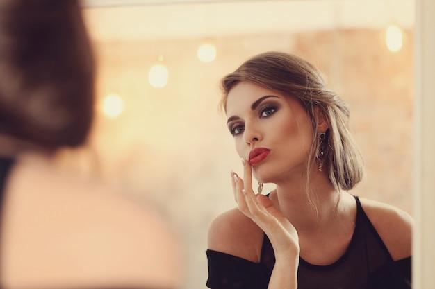 Elegante und glamouröse frau mit make-up posiert, modekonzept
