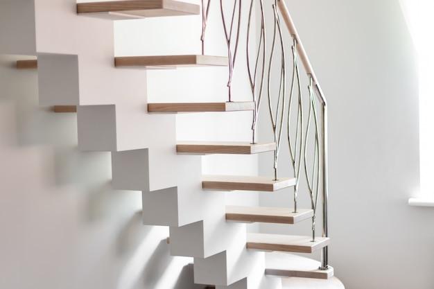 Elegante, zeitgemäß gestaltete treppen in einem weißen, modernen raum eines luxusapartments.