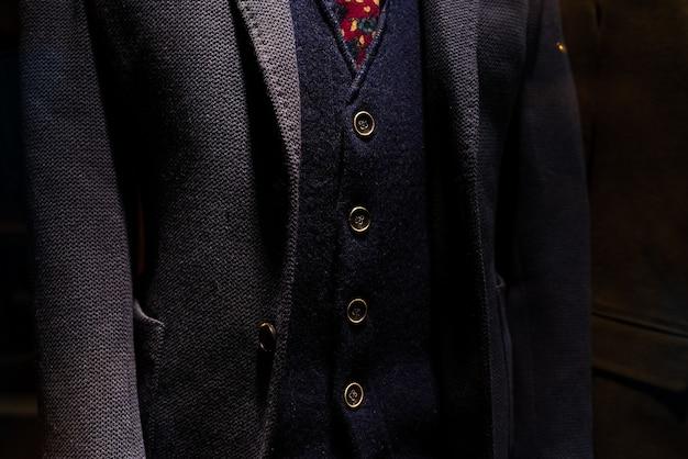 Eleganter anzug mit weste und wolljacke des reifen geschäftsmannes.