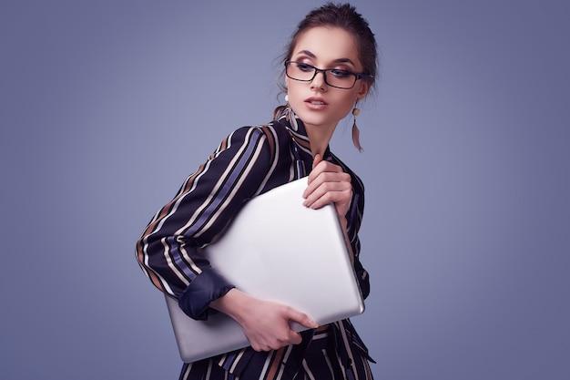 Eleganter anzug und gläser der zauberfrau in mode mit notizbuch