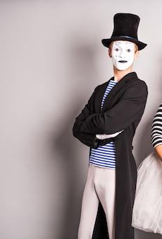 Eleganter ausdrucksstarker männlicher pantomime posiert, aprilscherztag