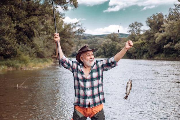 Eleganter bärtiger mann angeln fangen und angeln jagen perfektes wochenende tun sie einfach das nur f...