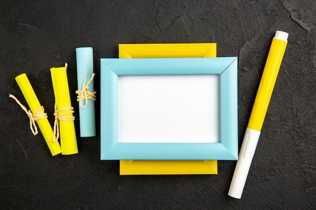 Eleganter bilderrahmen der draufsicht mit bleistift auf dunkler oberfläche präsentieren farbe liebesfotogeschenkporträt