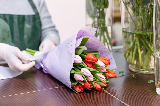 Eleganter bouquet der nahaufnahme mit tulpen