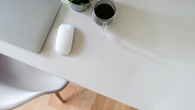 Eleganter büroarbeitsplatzdesktop und kopienraum