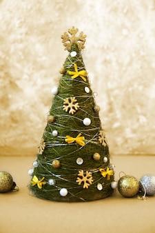 Eleganter dekorativer weihnachtsbaum mit einem dekor
