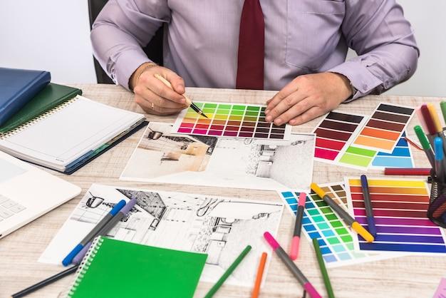 Eleganter designer, der farbe für die wandmalerei ihrer traumwohnungsdekoration wählt