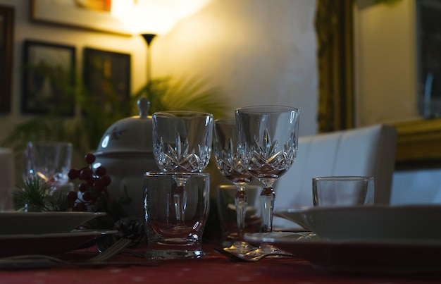 Eleganter esstisch mit weingläsern. weihnachtsdekoration