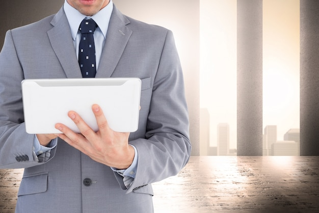Eleganter geschäftsmann mit tablet arbeiten