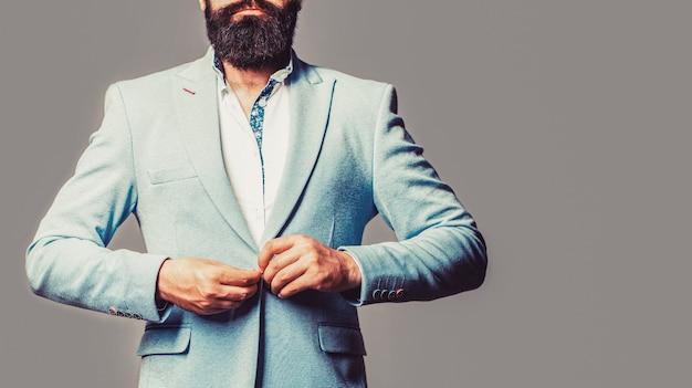 Eleganter gutaussehender mann im anzug. hübscher bärtiger geschäftsmann in klassischen anzügen. mann im anzug. männlicher bart und schnurrbart. sexy mann, brutaler macho, hipster. geschäftsanzug.