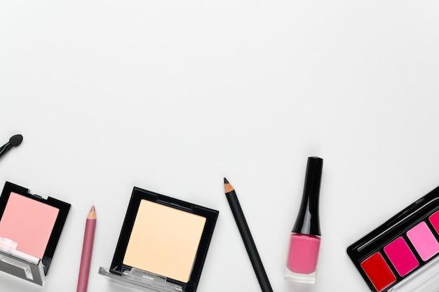 Eleganter hintergrund der frauen-make-up-kosmetik mit platz für text.