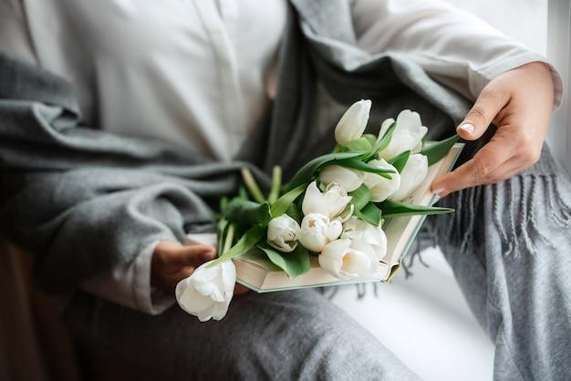Eleganter hochzeitsstrauß aus frischen naturblumen und grün