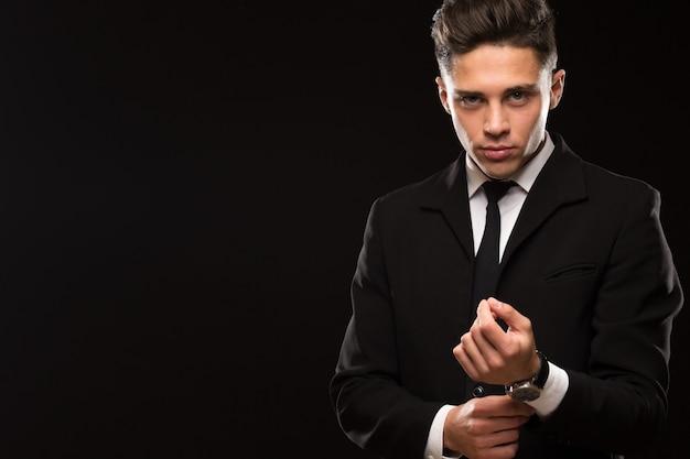 Eleganter junger mann im studio