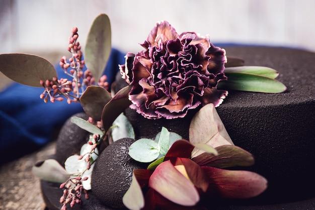 Eleganter kuchen mit blumen geschmückt