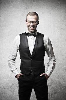 Eleganter lächelnder mann