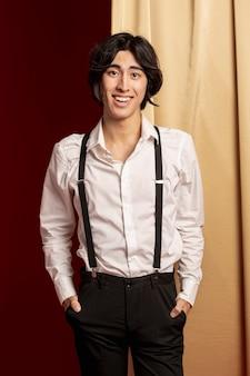 Eleganter mann, der am chinesischen neuen jahr lächelt und aufwirft