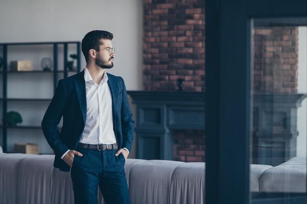 Eleganter mann, der drinnen aufwirft