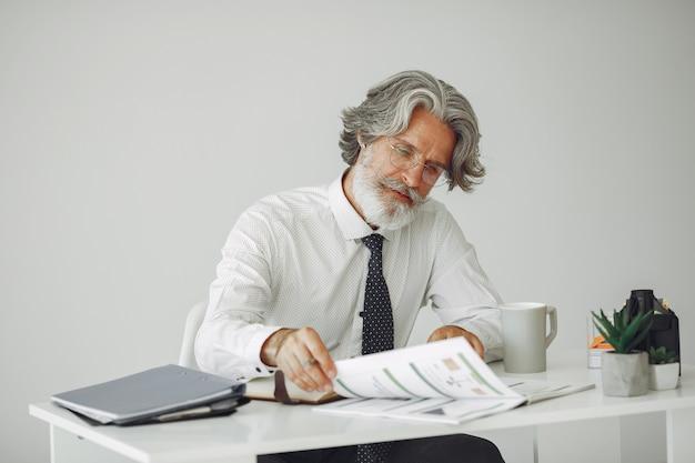 Eleganter mann im amt. geschäftsmann im weißen hemd. der mensch arbeitet mit dokumenten.