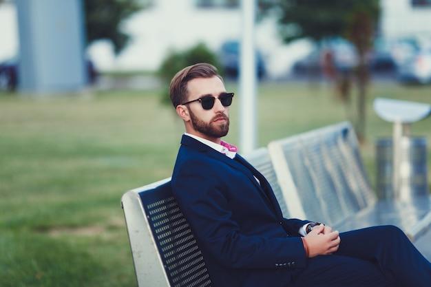 Eleganter mann im anzug