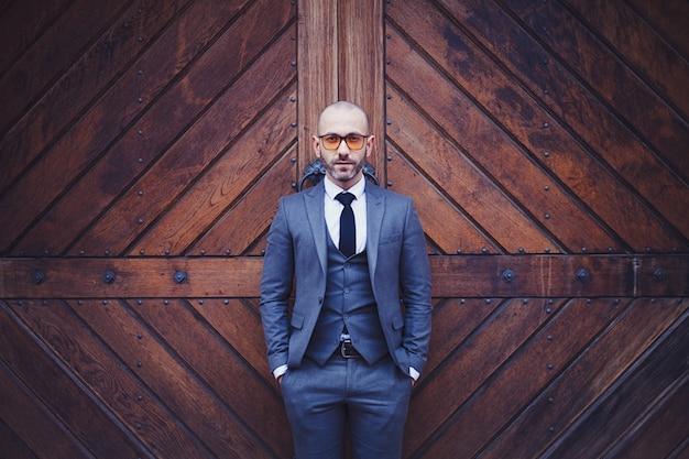 Eleganter mann in einem grauen anzug
