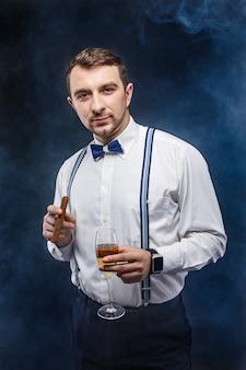 Eleganter mann mit einem glas champagner und zigarre