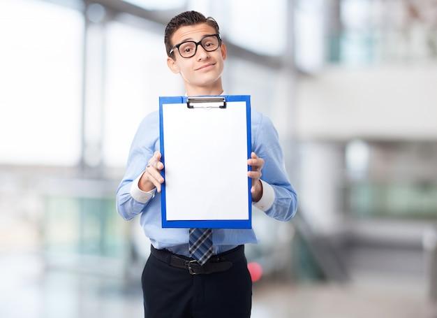 Eleganter mann mit einer checkliste