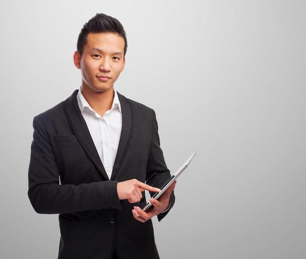 Eleganter mann mit einer tablette