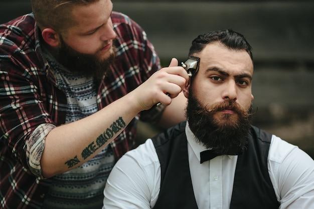 Eleganter mann mit seinem friseur