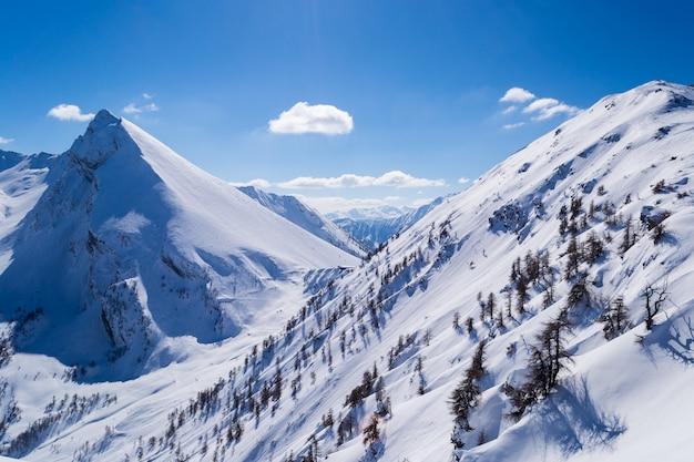 Eleganter schneebedeckter berggipfel