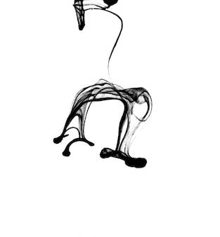 Eleganter schwarzer tintentropfen in wasser