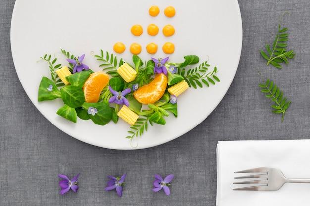Eleganter teller von oben mit salat und gabel