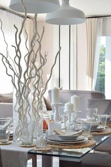 Eleganter tisch im modernen esszimmer interieur