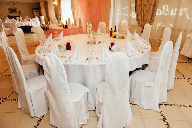 Eleganter tisch mit blumen