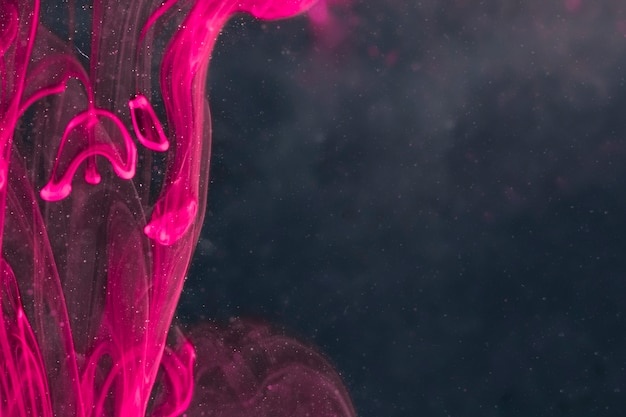 Eleganter violetter rauch auf schwarzem bildschirm