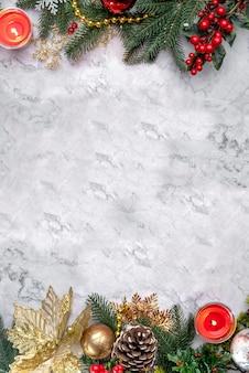 Eleganter weihnachtsdekor auf weißem marmor. flatlay mit kopienraum. neujahrsfichtenzweige, zapfen, kugeln, golddekorationen. luxushintergrund für designgrußkarte, poster, partyeinladung