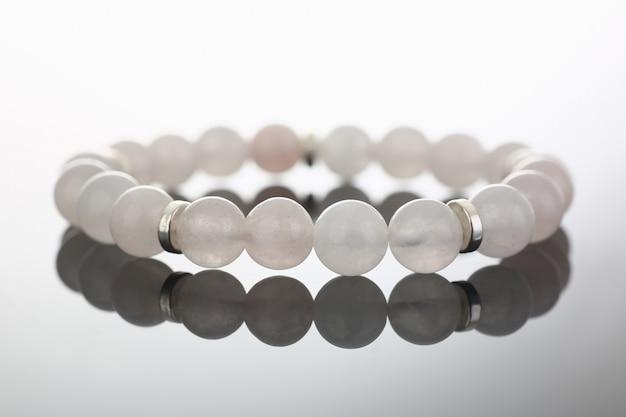 Elegantes armband aus mattierten, hohlen, klaren glasperlen