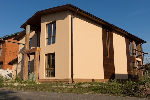 Elegantes design des unvollendeten architektonischen hochbaus an der immobilie auf blauem himmelshintergrund.