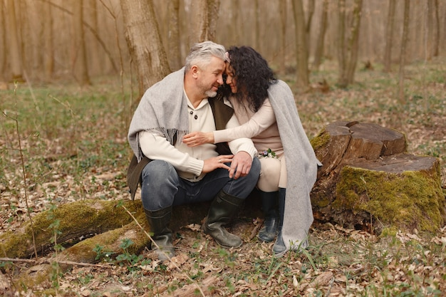 Elegantes erwachsenes paar in einem frühlingswald