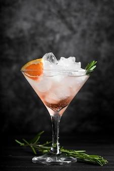 Elegantes glas gefüllt mit alkoholischem getränkecocktail