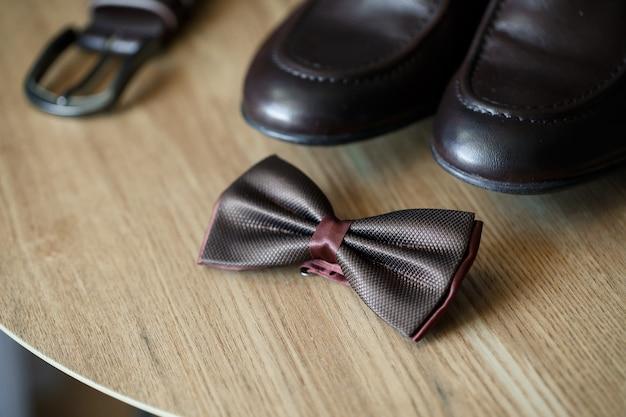 Elegantes herren-set mit stilvollen bräutigam-accessoires für den hochzeitstag. klassische herrenschuhe