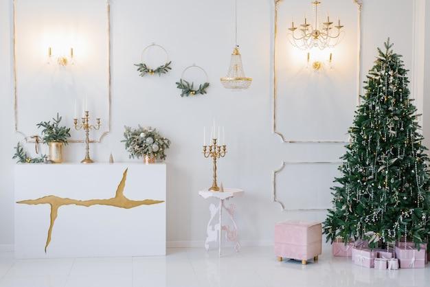 Elegantes klassisches interieur des wohnzimmers, dekoriert für weihnachten und neujahr in leuchtenden farben