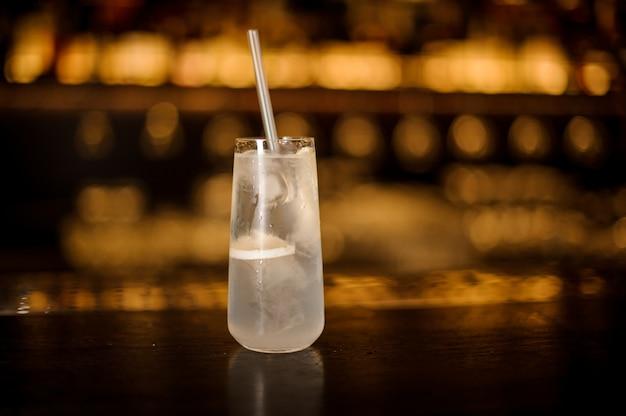 Elegantes longdrinkglas gefüllt mit tom collins cocktail