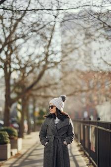 Elegantes mädchen gehen in eine winterstadt.